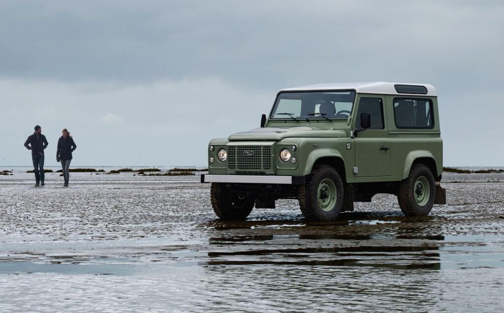 Illustratie: foto van Land Rover Defender Limited Edition met naoorlogse groene kleur.