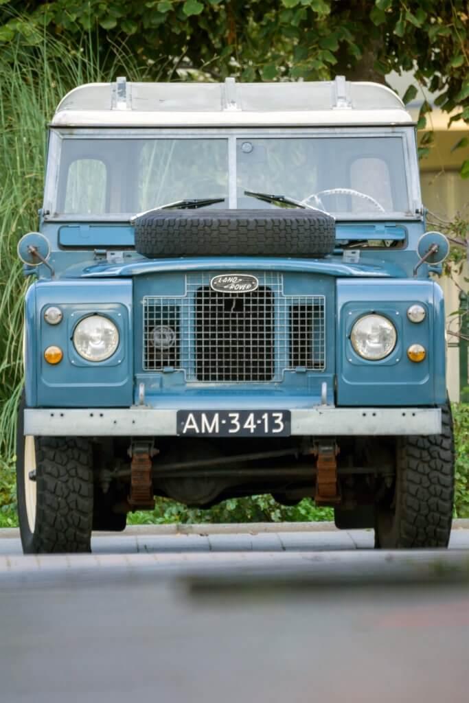 Illustratie: foto van de voorkant van mijn Land Rover Series met glimmende lak, omdat ik een oplossing voor doffe lak denk te hebben gevonden.